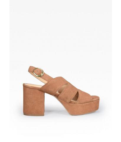 Sandalia en piel con tacón