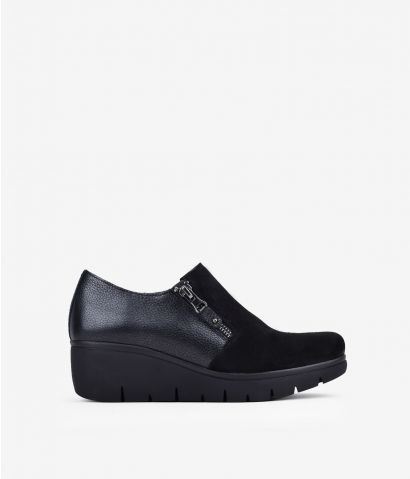 Zapato en piel negra con cuña